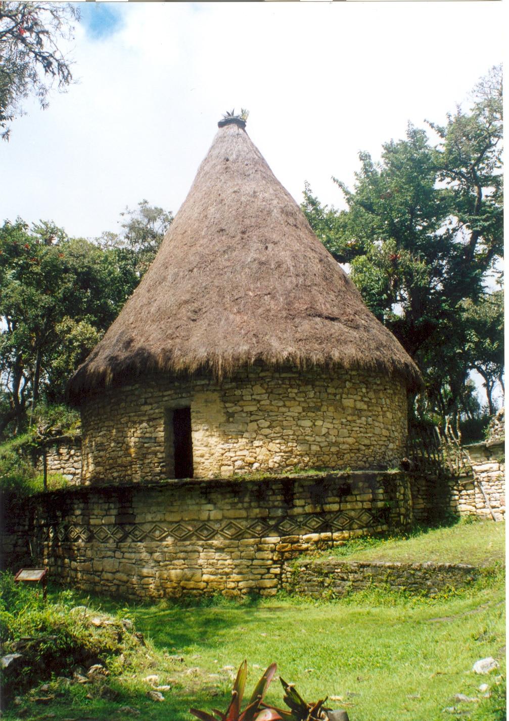 Reconstruction d'une maison ronde à Kuélap.