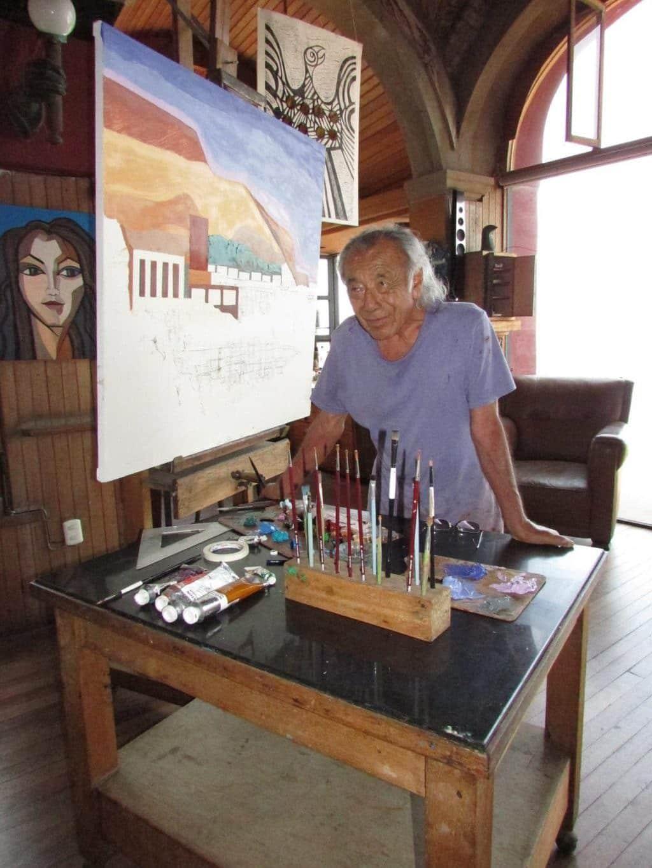 Victor Delfin dans son atelier