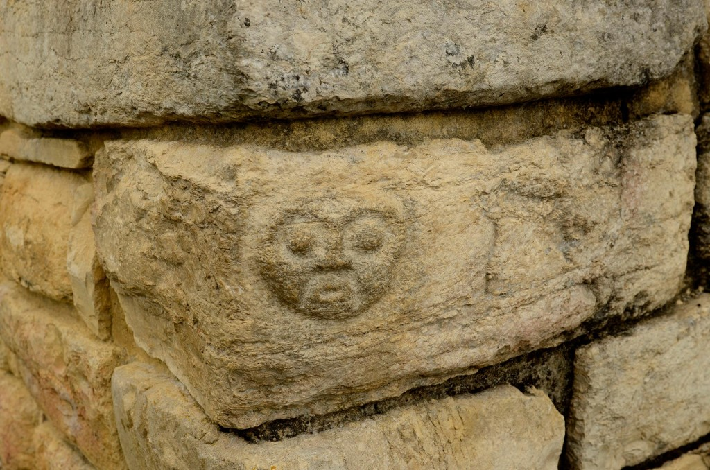 Tête décoration sur un mur à Kuélap.